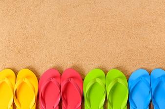 Flip-flops em uma praia arenosa