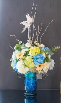Flor de buquê em decoração de panela sobre a mesa