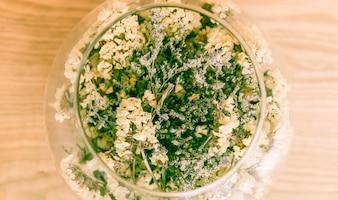 Flor em decoração de vidro na mesa