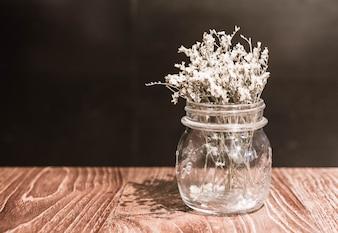 Flor em vaso de decoração em mesa de jantar
