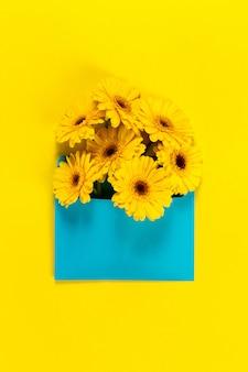 Flores amarelas em uma tabela amarelo com uma placa azul