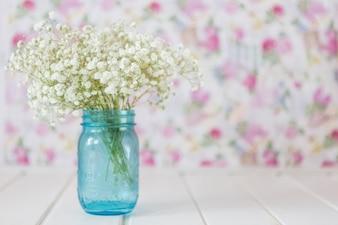 Flores brancas bonitas com fundo borrado