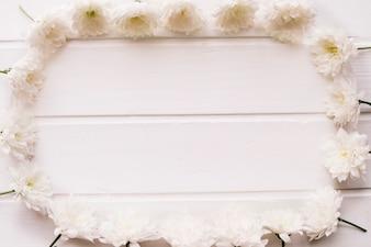 Flores brancas formando um retângulo com espaço no meio