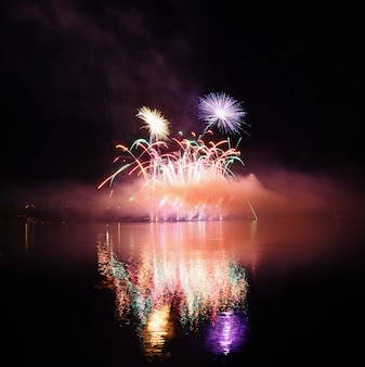 Fogos de artifício impressionantes sobre a cidade