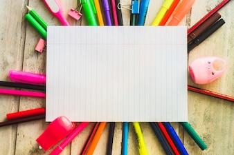 Folha de papel e material escolar