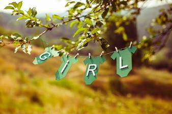 """Folhas de uma árvore com a palavra """"menina"""""""