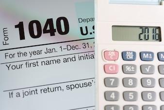Formulário de imposto na tela de tablet e calculadora