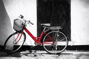 Foto em preto e branco da bicicleta vermelha - estilos de efeito de filtro de grão de filme vintage