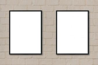 Frames pretos pendurados em uma parede