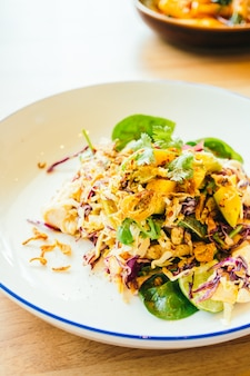 Frango grelhado com salada de vegetais
