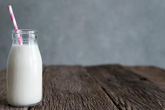Frasco de vidro de leite fresco natural