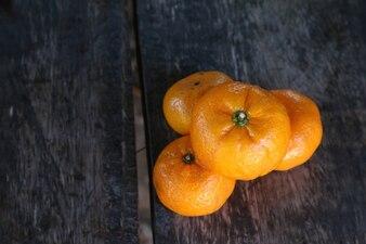 Fruta de laranja na mesa de madeira velha.