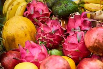 Frutas com escamas vermelhas