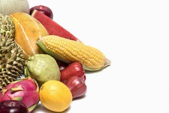 Frutas e vegetais isolado no fundo branco