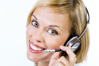 Funcionário de um call-center, sorrindo, câmera