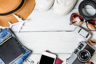 Fundo de férias de verão, acessórios de praia em madeira branca e cópia espaço, conceito de férias e itens de viagem.
