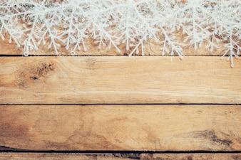 Fundo de Natal castanho de madeira e flocos de neve com espaço.