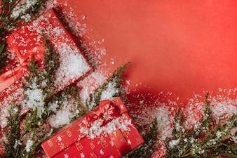 Fundo de natal com presentes e neve