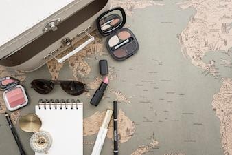 Fundo do mapa de mundo com mala de viagem e make-up
