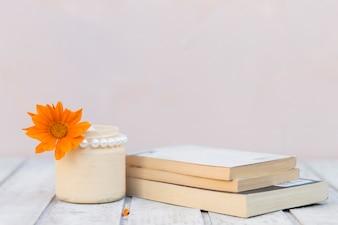 Fundo fantástico com flor de laranja e livros