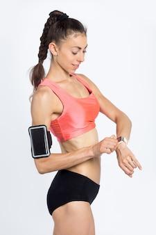 Garota de fitness com smartwatch