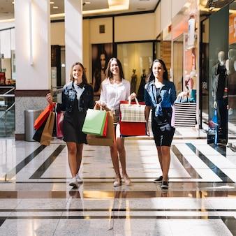 Garotas na moda no shopping