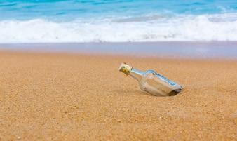 Garrafa vazia na costa da praia