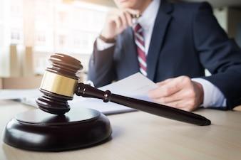 Gavel e bloco de som para a lei de justiça e advogado trabalhando em mesa de madeira