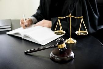 Gavel e soundblock da lei de justiça e advogado trabalhando em um fundo de mesa de madeira.