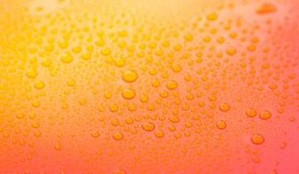 Gotas de água fechar-se sobre uma superfície amarela