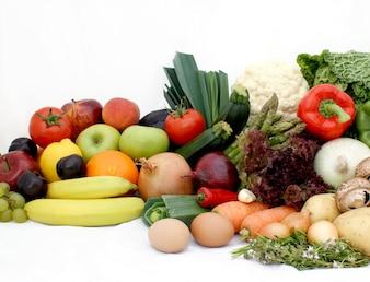 Grande exibição de várias frutas e legumes