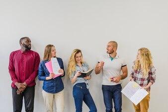 Grupo de alunos com blocos de anotações