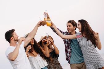 Grupo de amigos em uma festa na praia