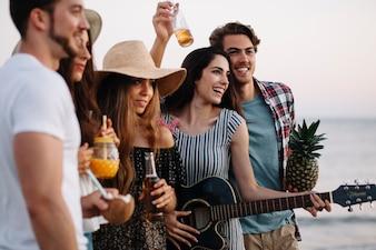 Grupo de amigos se divertindo em uma festa na praia