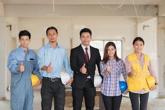 Grupo de engenheiros, arquitetos e capataz em um canteiro de obras