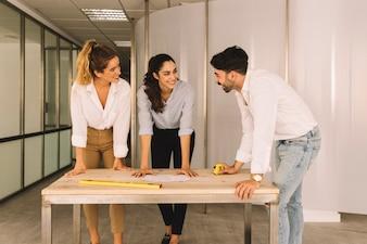 Grupo de engenheiros na mesa de madeira