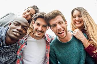 Grupo de pessoas sorrindo