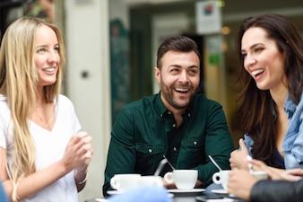Grupo multirracial de amigos tomando um café juntos