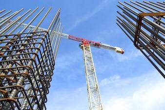Guindaste entre dois edifícios em construção