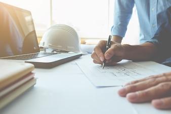 Hands of Engineer trabalhando no modelo, conceito de construção. Ferramentas de engenharia.