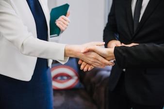Handshake de empresário e empresária
