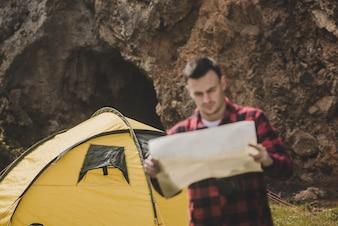 Hiker com mapa ao ar livre