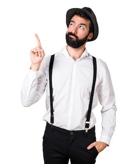 Hipster homem com barba apontando para cima