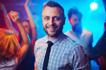 Homem adulto dinâmica clubber sorrindo