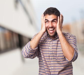 Homem árabe com uma expressão gritando