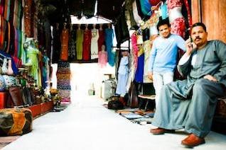 homem árabe e uma loja