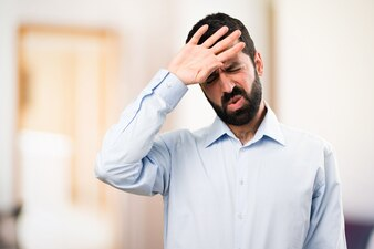 Homem bonito com barba com febre em fundo não focado