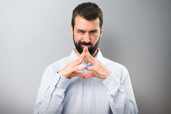 Homem bonito com barba pensando em fundo texturizado
