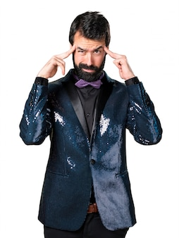 Homem bonito com casaco de lantejoulas ___