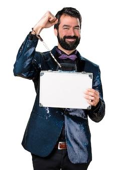 Homem bonito com casaco de sequin segurando uma pasta com algemas